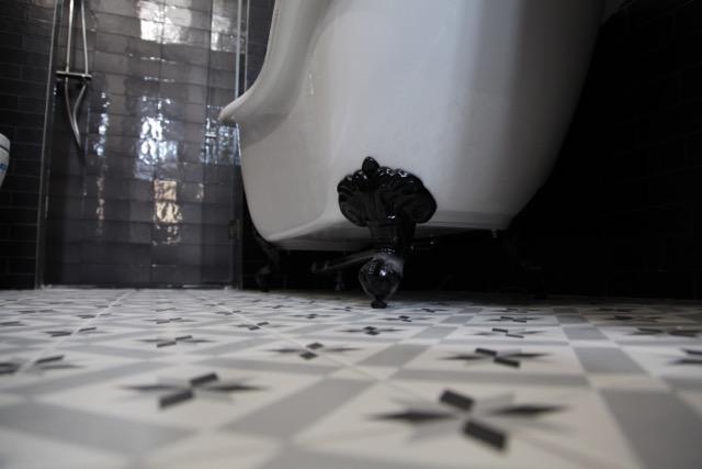 Bañera Clásica aislada con pata de águila negra.